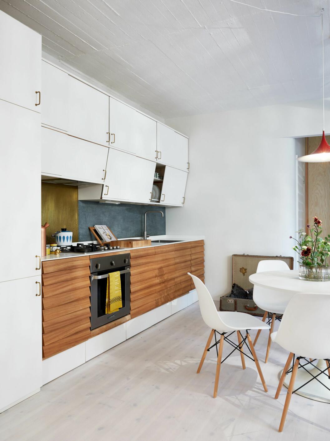 Köket går i vita toner, med vita skåpluckor, bord och stolar