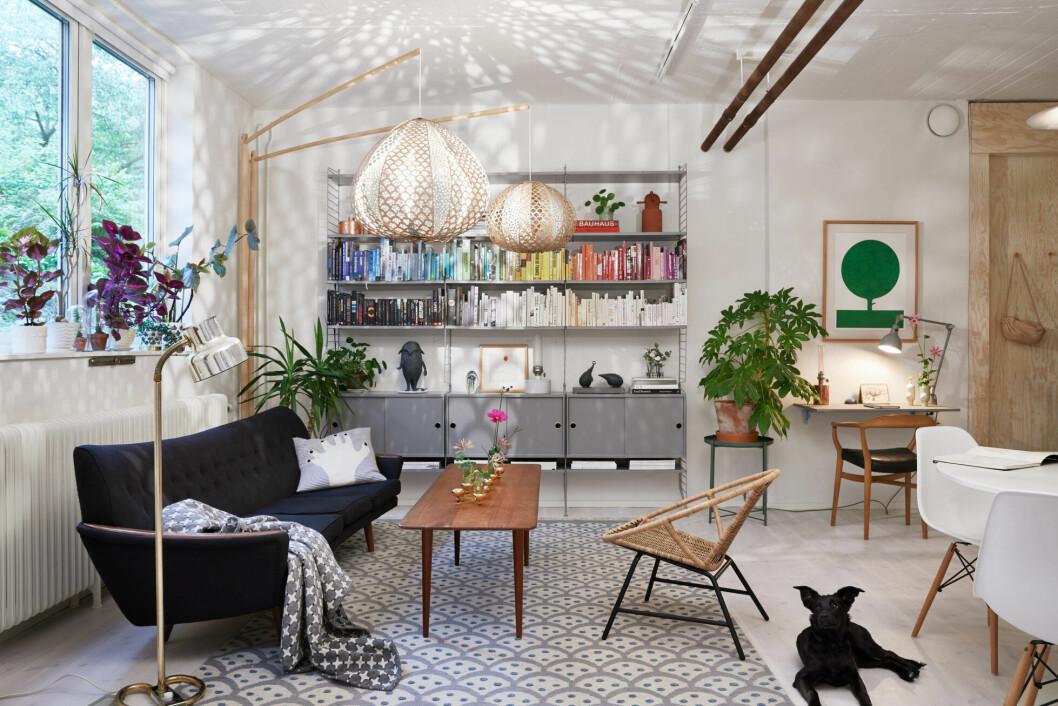 I vardagsrummet möter olika mönster enfärgade väggar och inredningsdetaljer