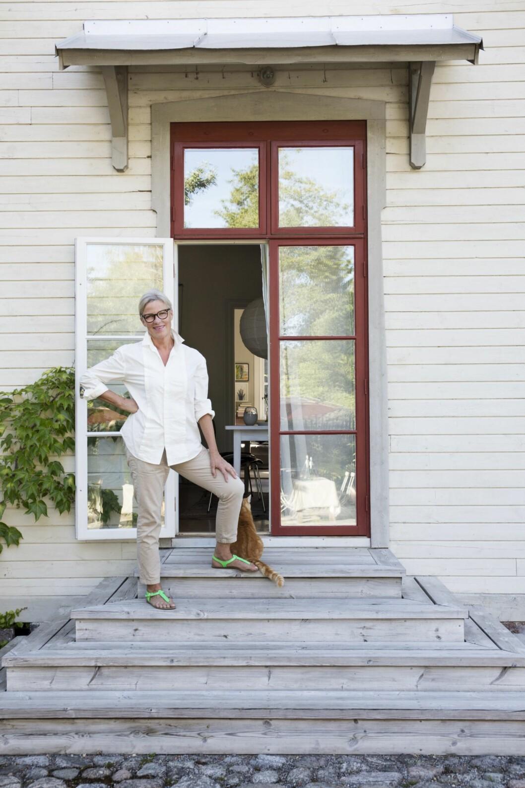 Glaskonstnären Gunnel Sahlin utanför sitt hem i Sörmland