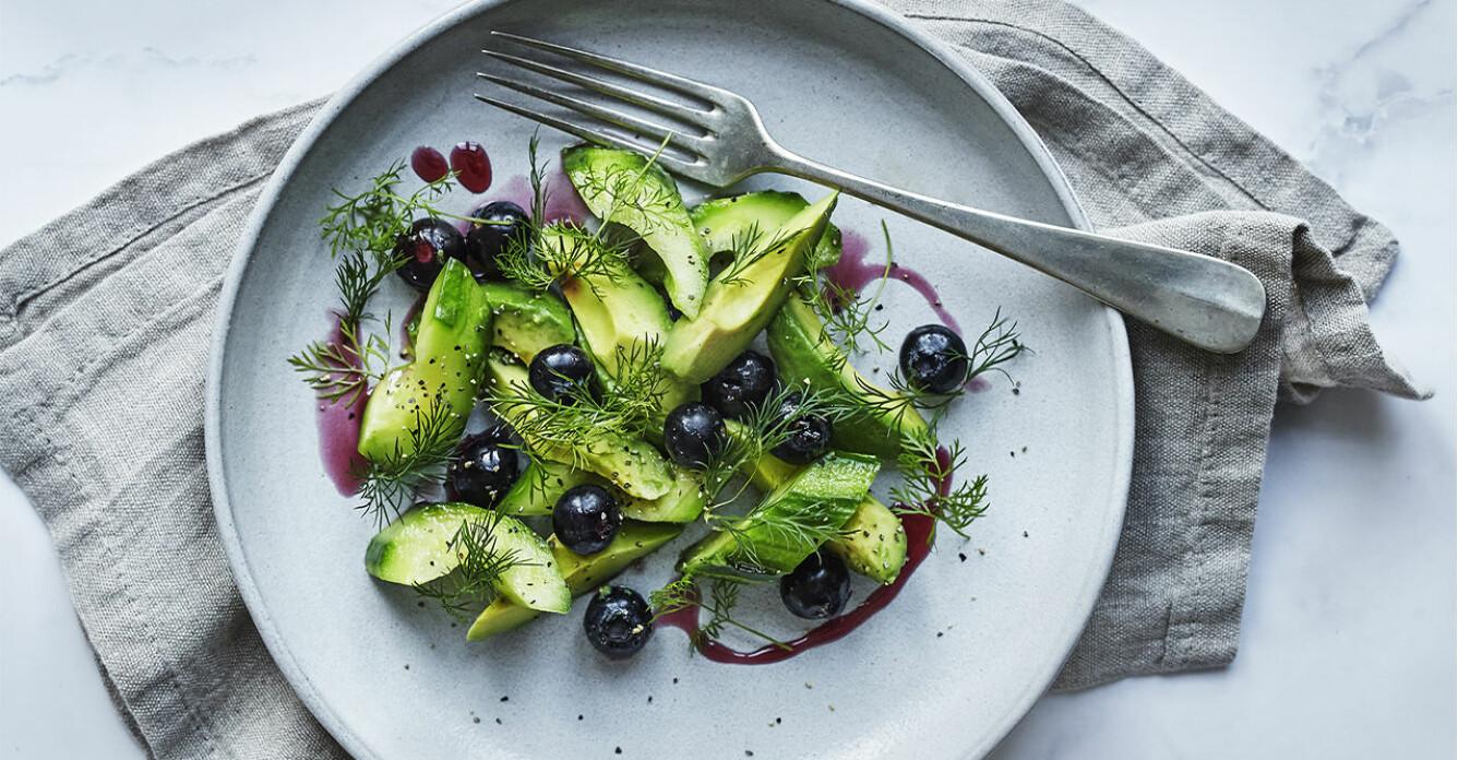 Recept på gurksallad med avokado och blåbär