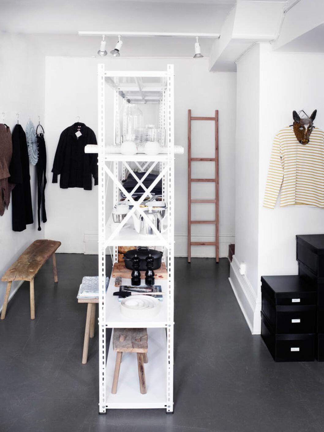 Walk-in-closet med hylla i mitten av rummet