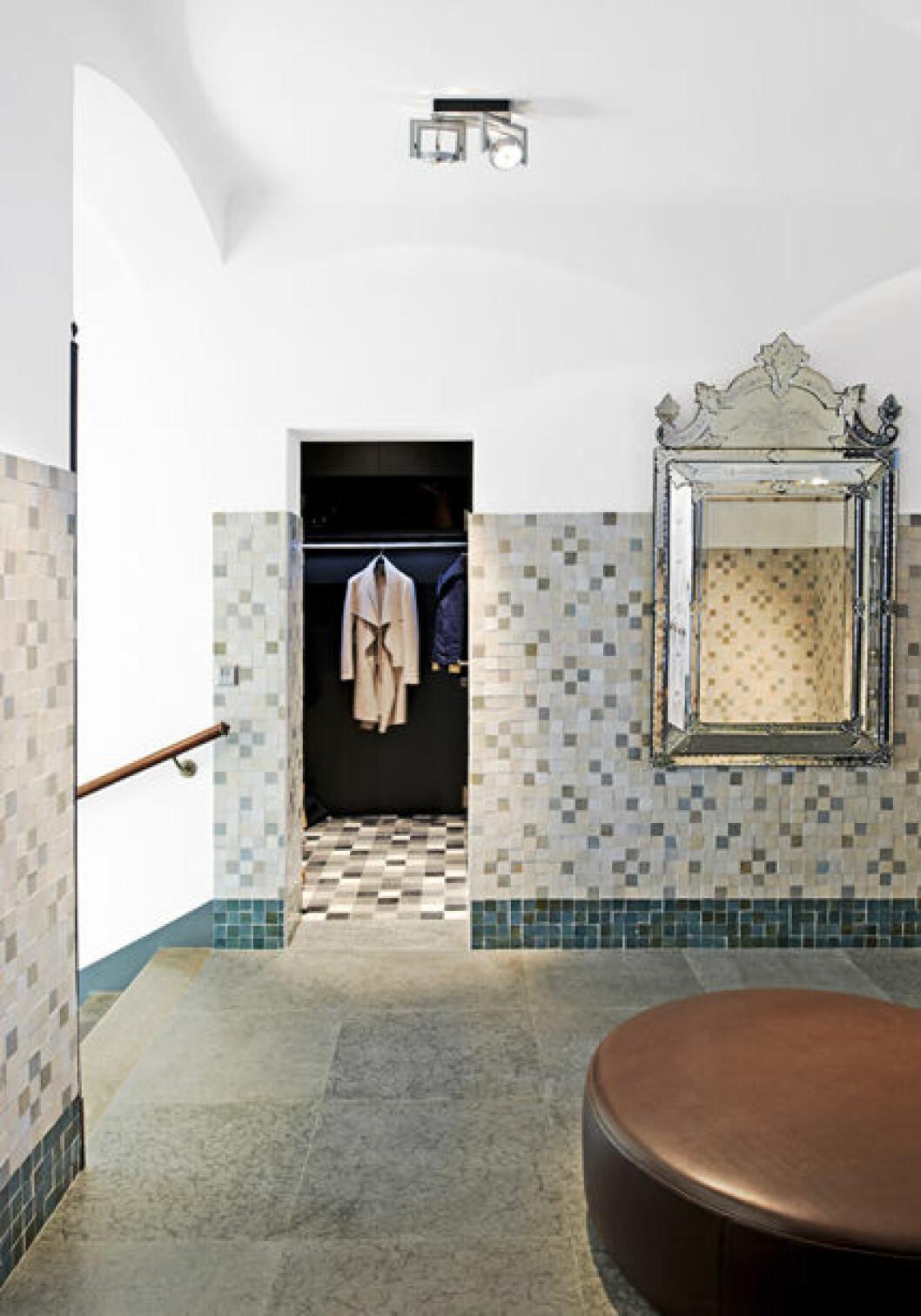Hall med en enorm venetiansk spegel från 1890 och maroikansk inspirerad mosaik.