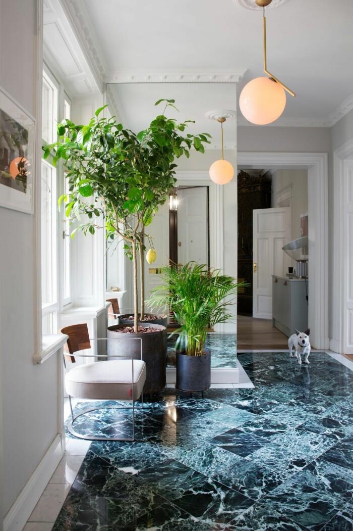 Hall med marmorgolv i grönt