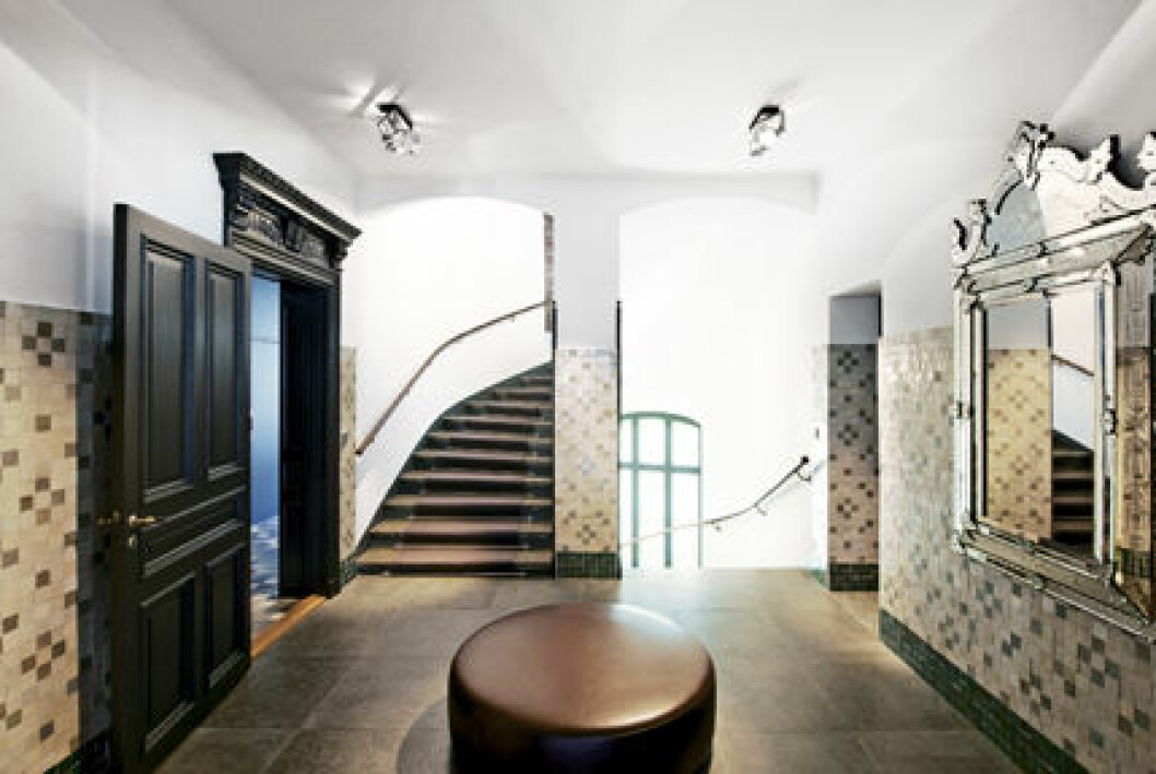 Hall med stora mörka dörrar och mosaik hemma hos Filippa Knutsson