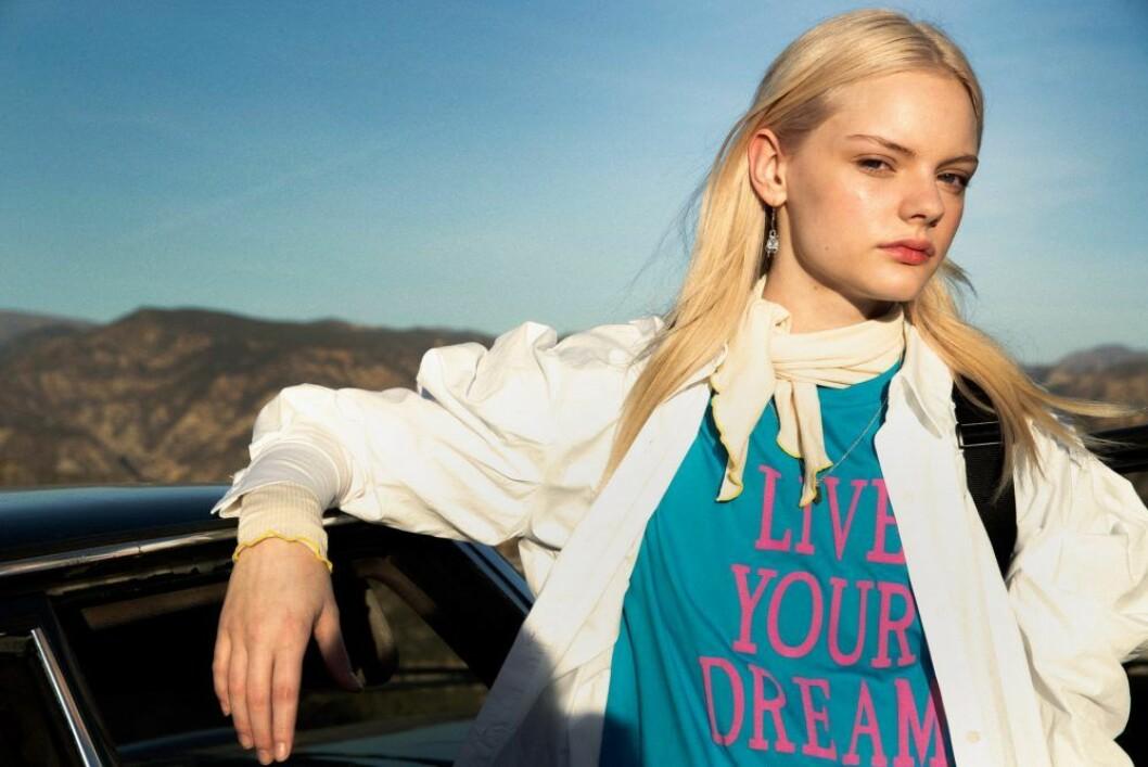 Blå tröja från Alberta Ferretti, så stylar du den sportiga trenden 2020