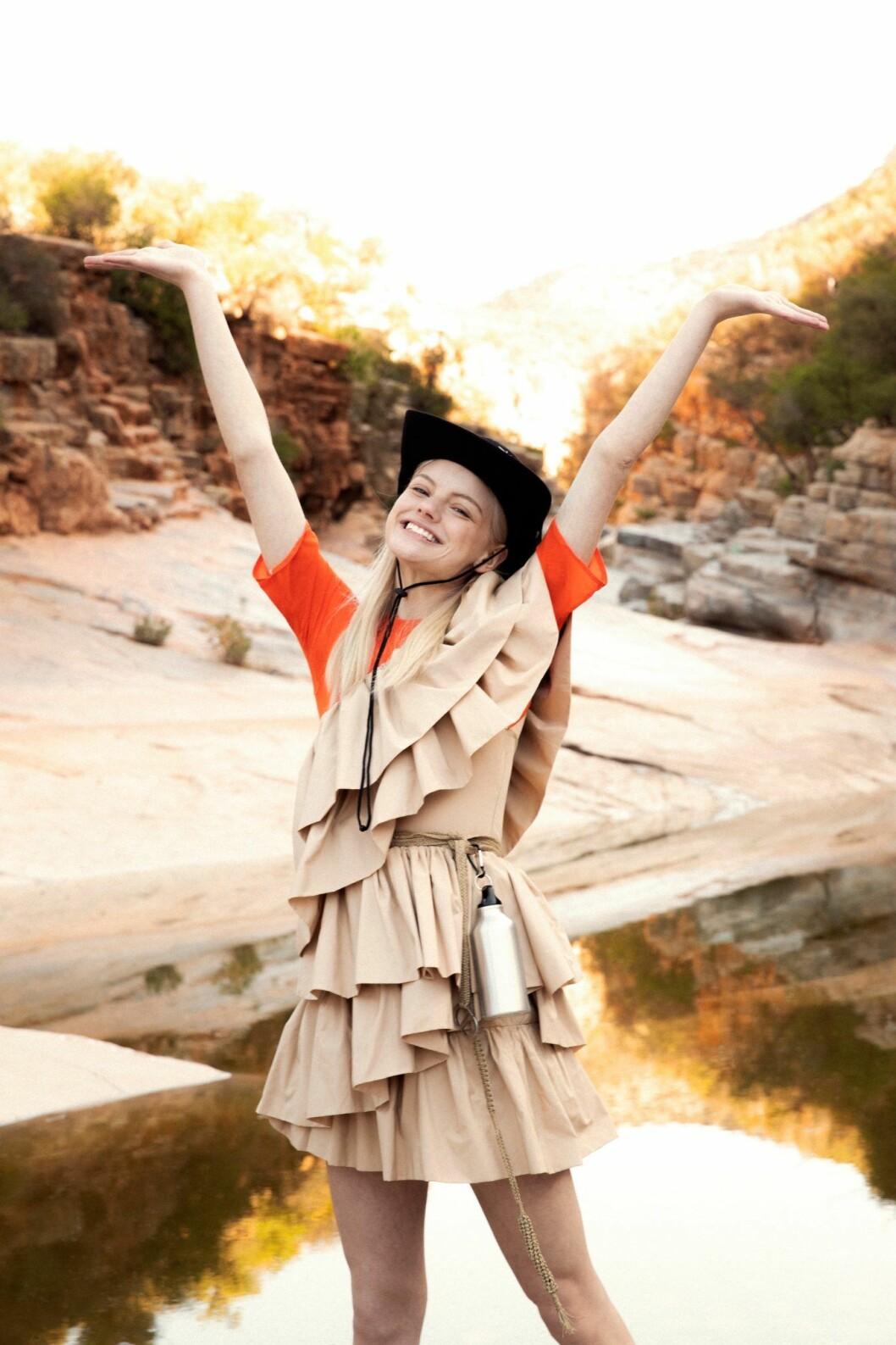 Beige klänning från H&M Conscious Exclusive, så stylar du den sportiga trenden 2020