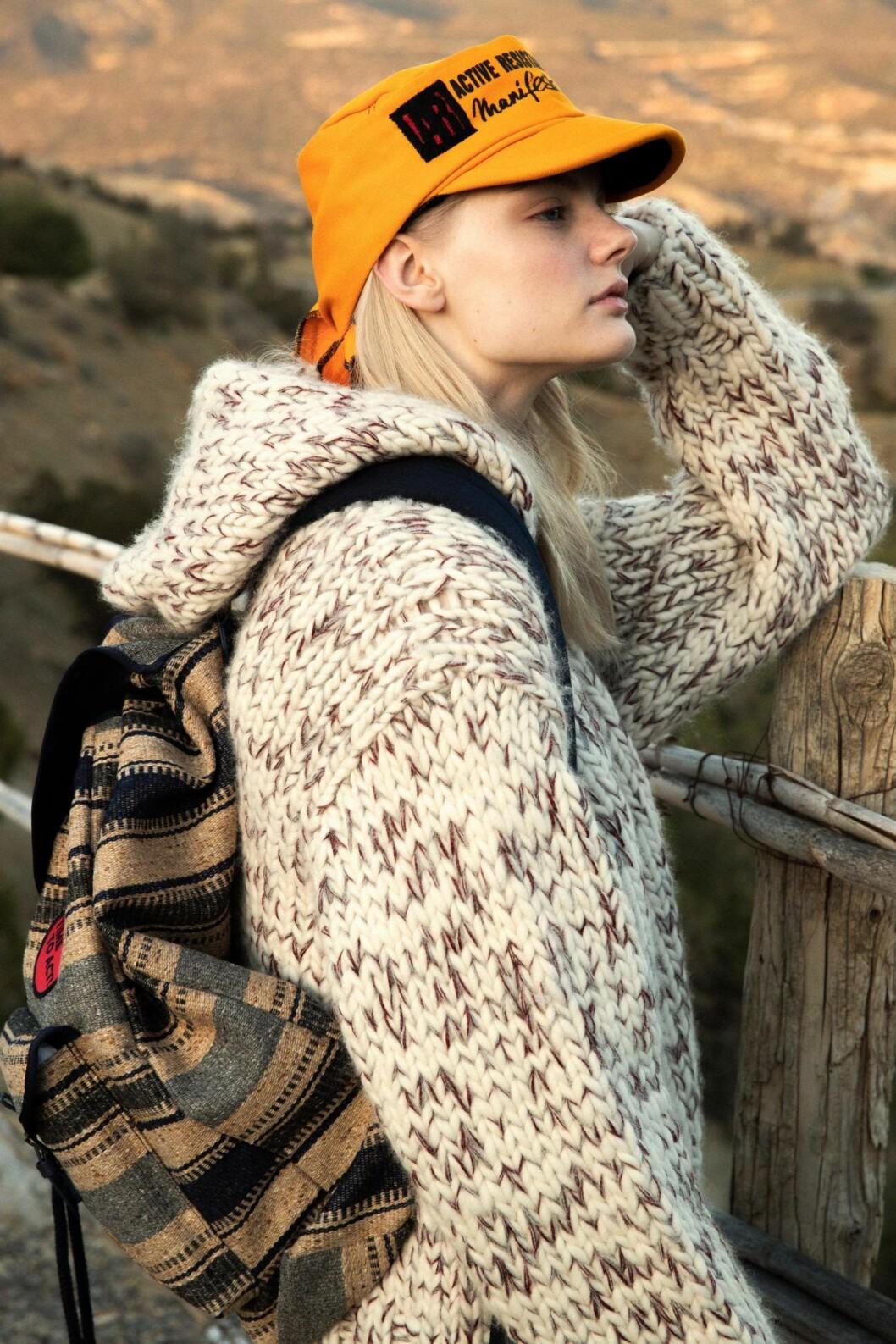 Naturfärgad stickad tröja från Tricot, så stylar du den sportiga trenden 2020