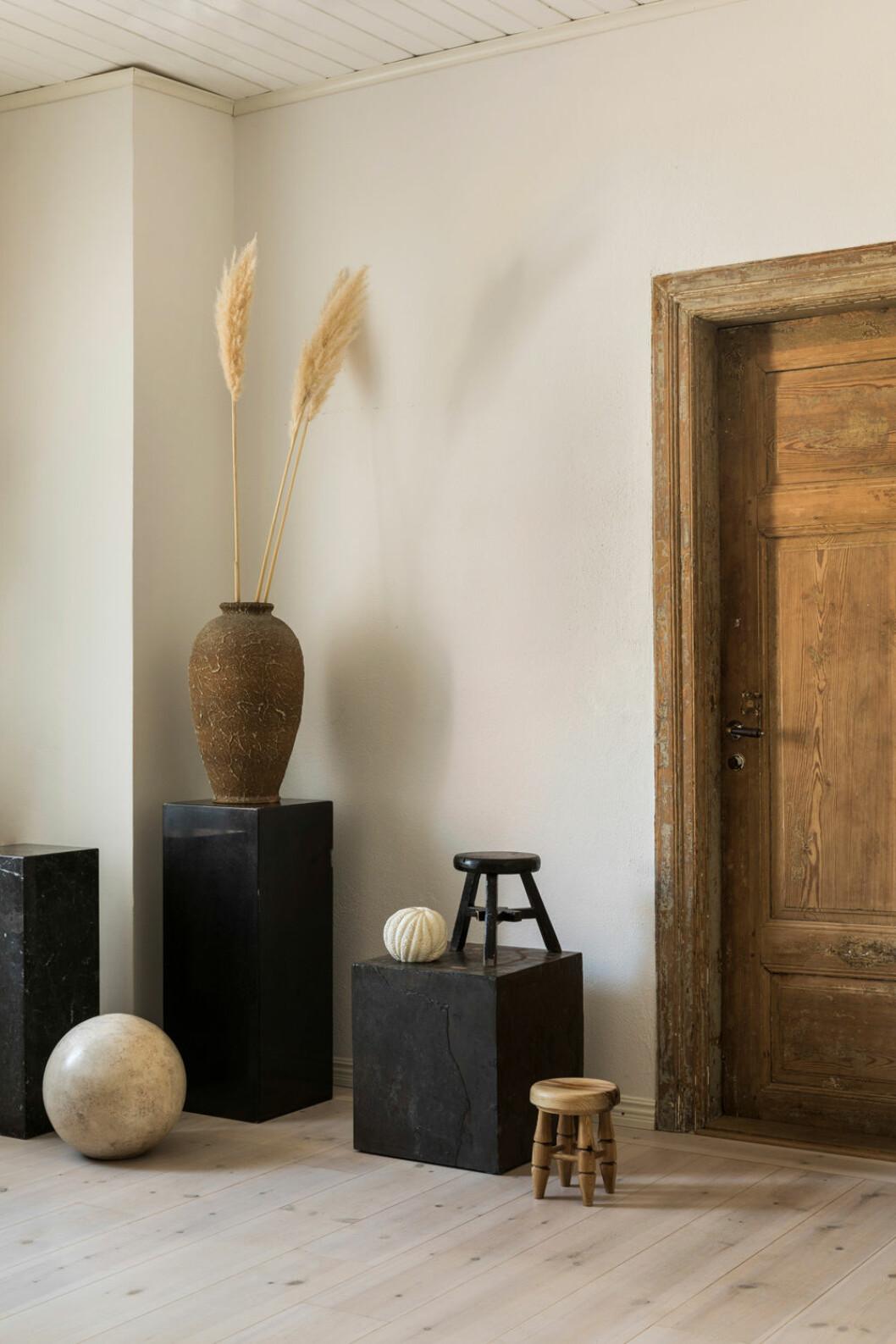 Hemma hos Fredrika Artndeco vaser i hallen