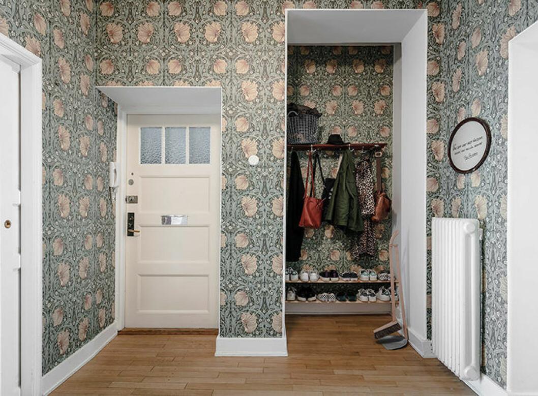 Hall med snygg William Morris-tapet