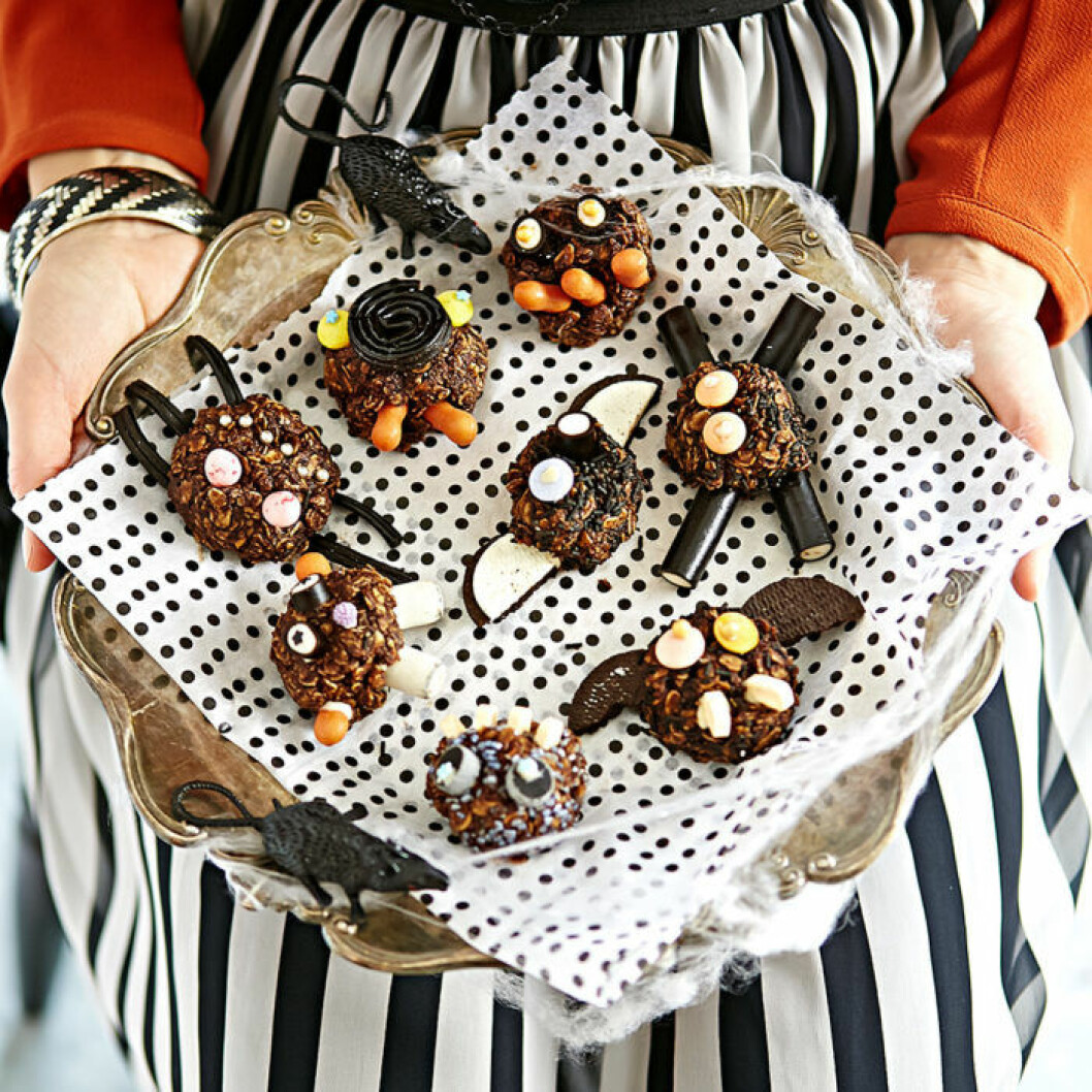 Minimonster av chokladbollar.