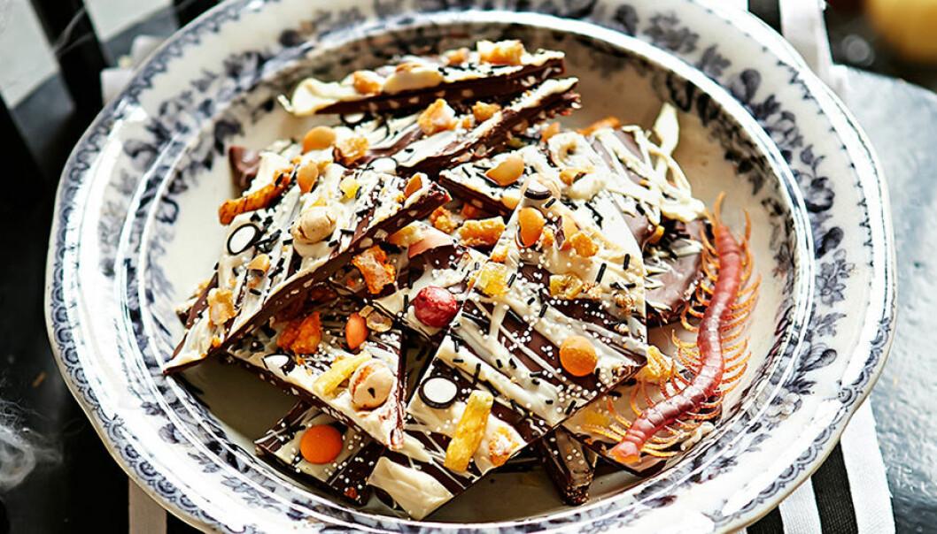 Mandelkrokant med choklad och krossade karameller.
