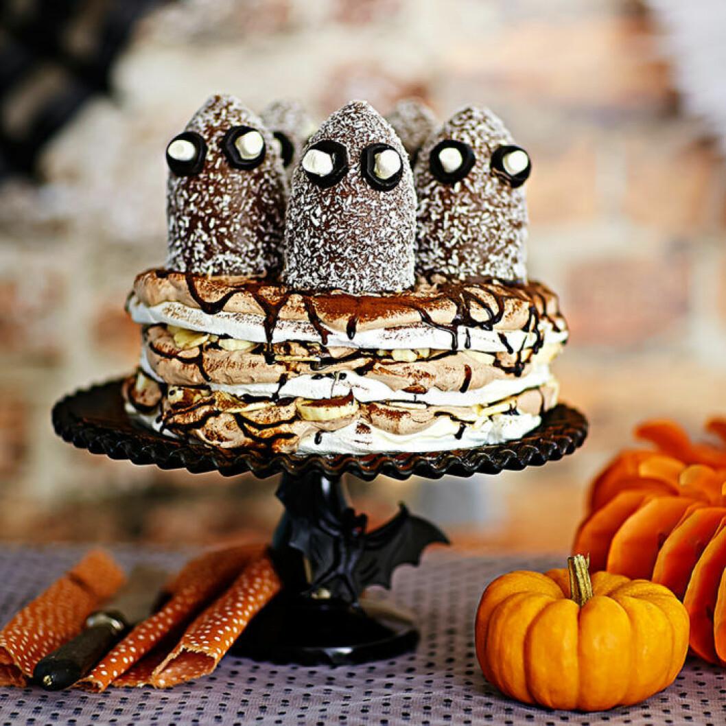 Spöktårta med marängbotten och kokostoppar.