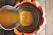 Lägg därefter i den lilla skålen ovanpå kolsyreisen och häll i bålen i den lilla skålen.