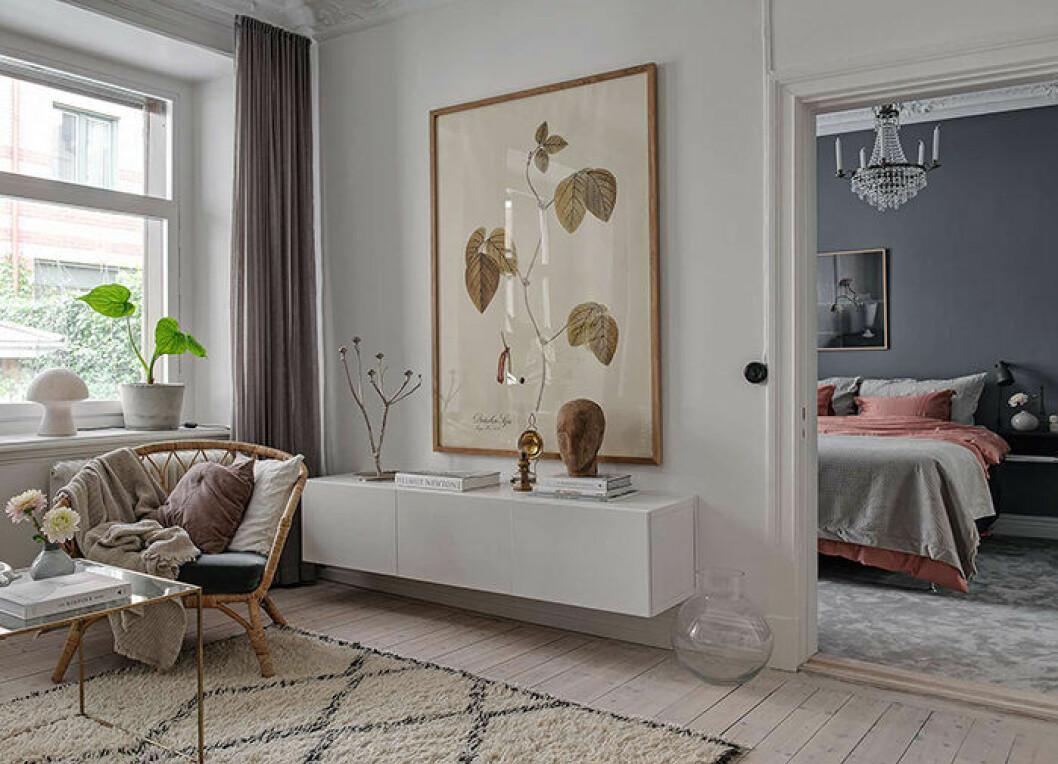 En snyggt hängd tavla kan förändra hela intrycket i ett rum.