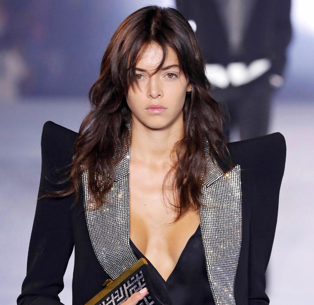 Modell på catwalk med glansigt hår