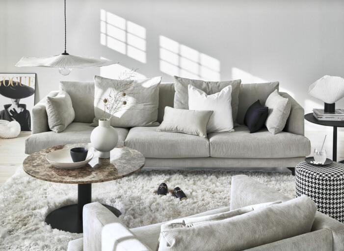 djup soffa med kuddar