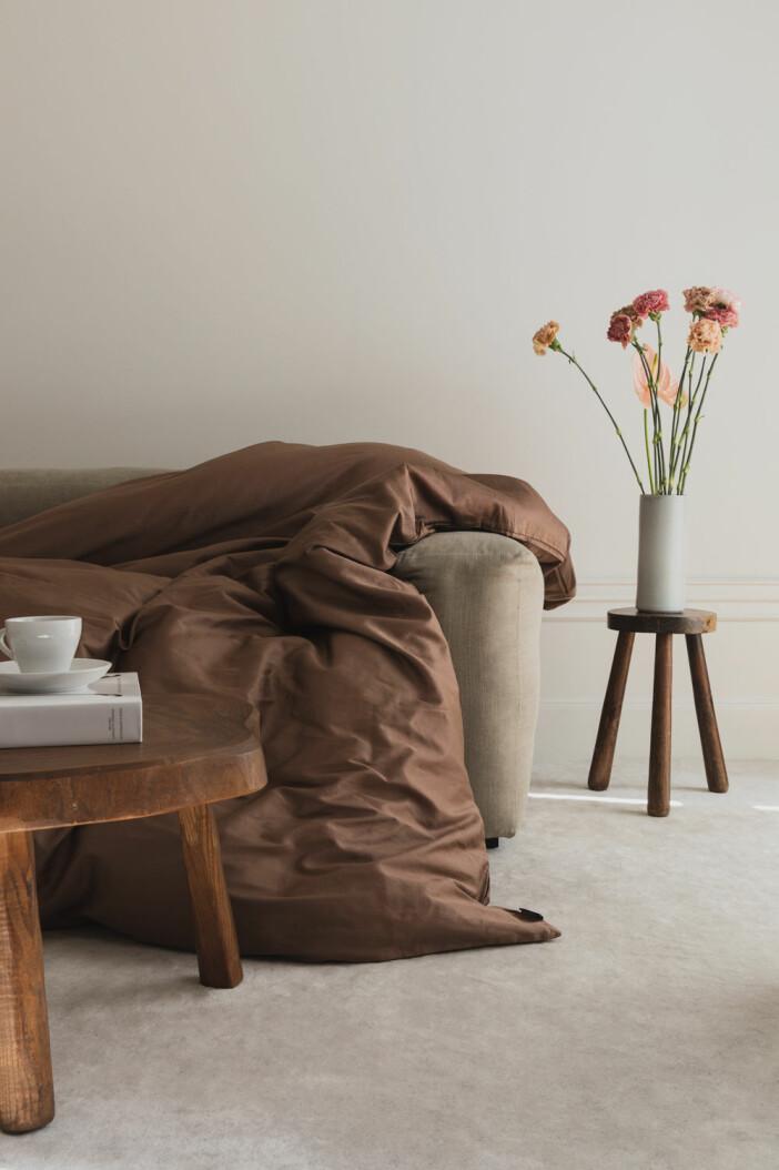 Hästens Satin pure collection hittas silkeslena, lyxiga sängkläder i färgen creamy brown.