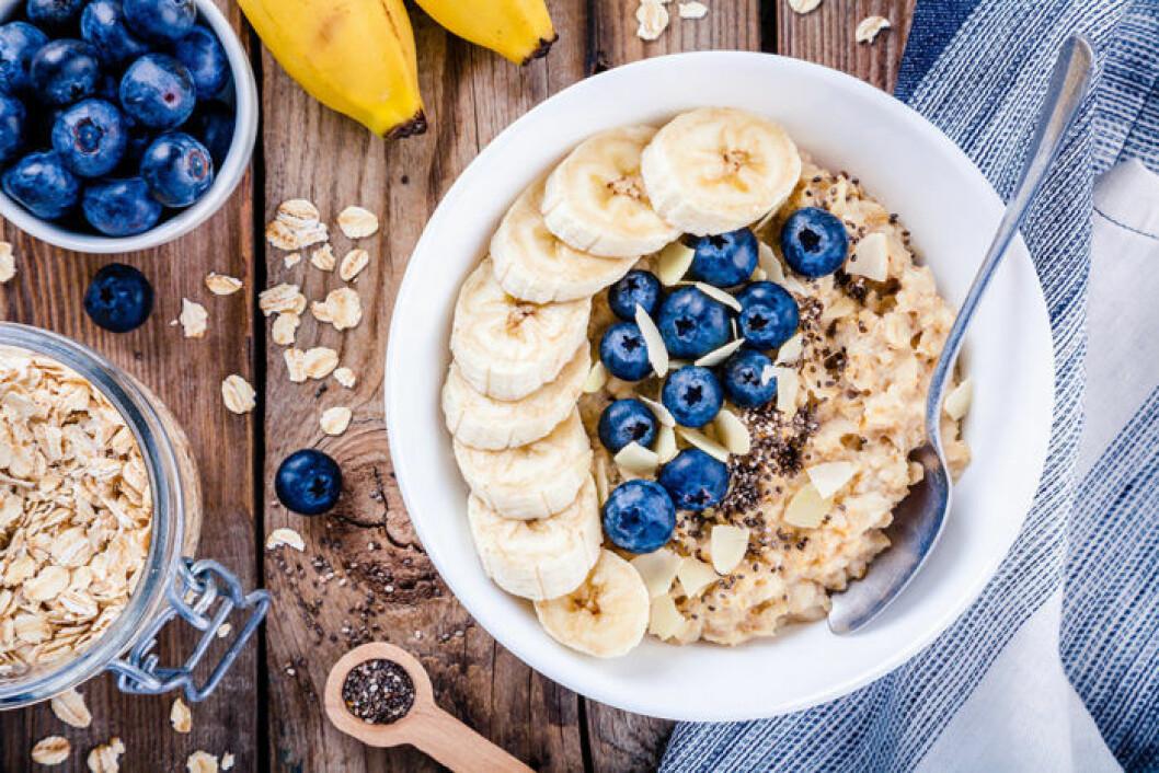 Havregrynsgröt med banan och blåbär.