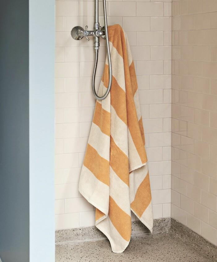 Randig handduk från Hay