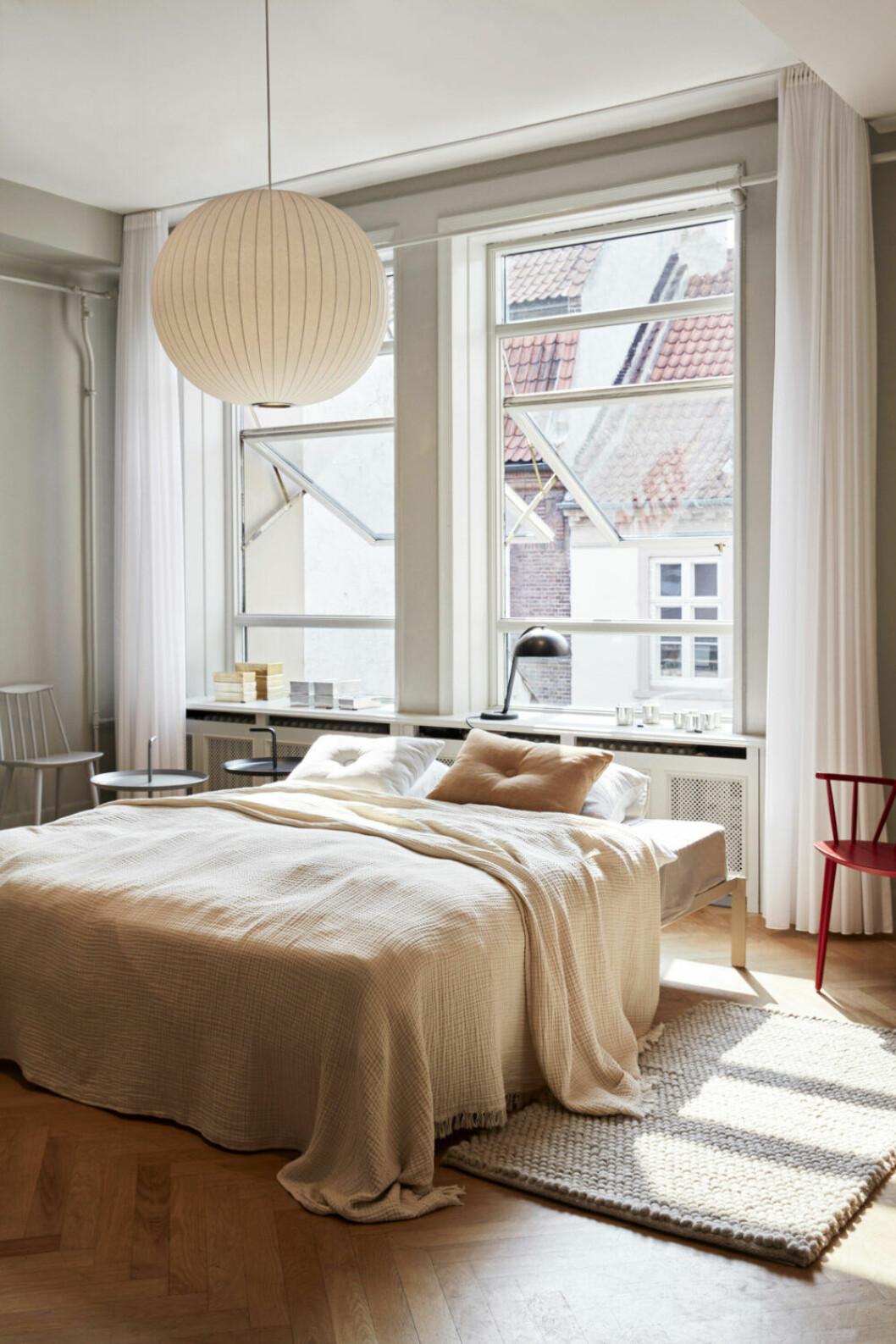 Inred med sängen framför fönstret