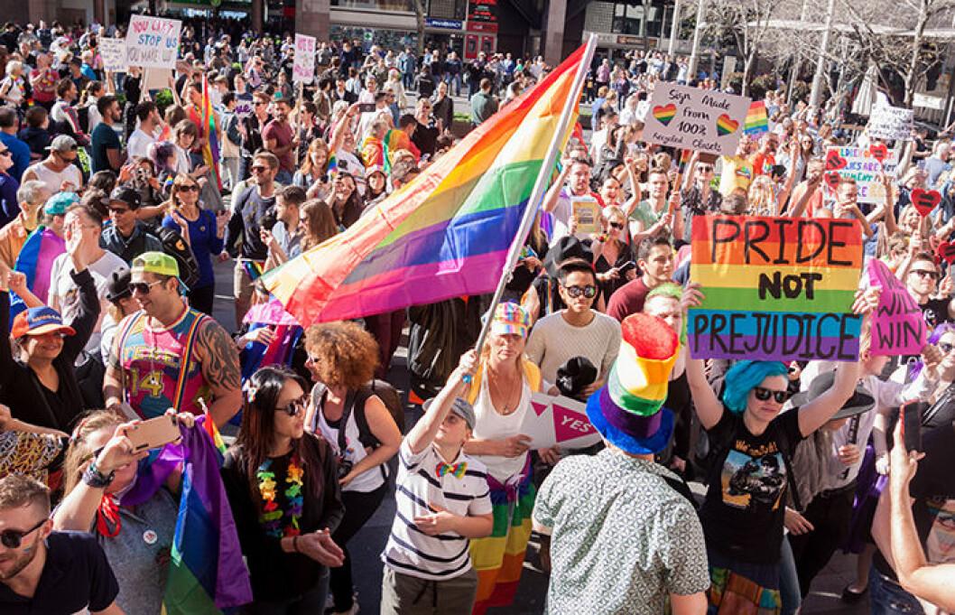 Folkhav på pridefestival.