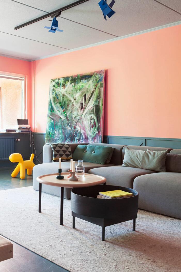 Måla väggarna i rosa i vardagsrummet för en lekfull känsla