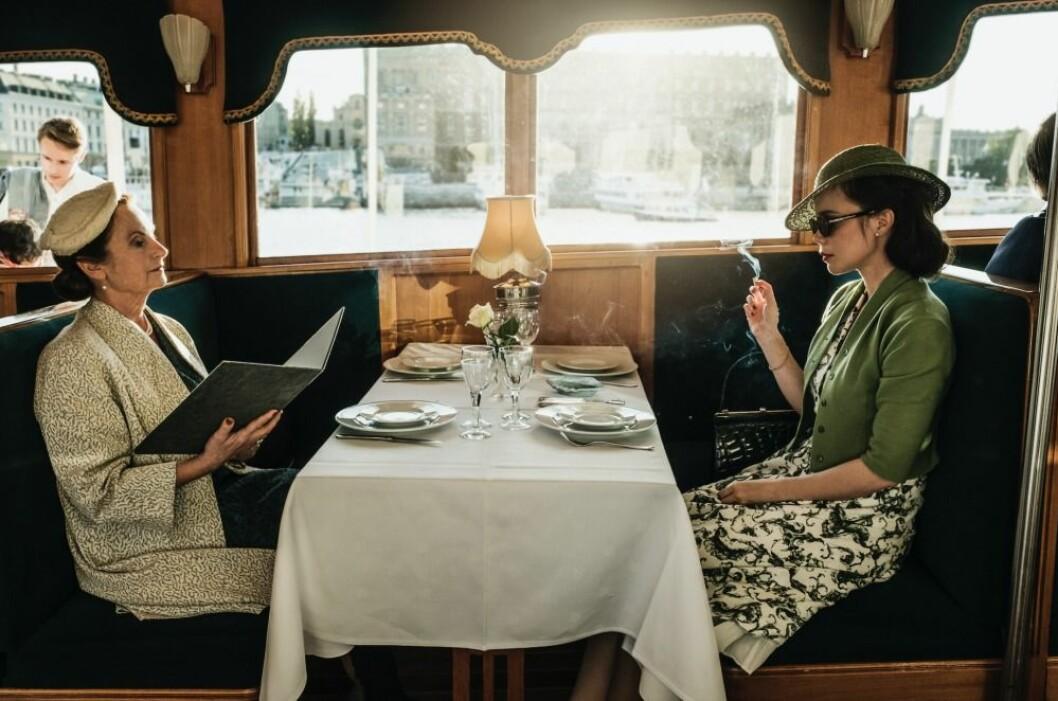Helga och Nina Löwander vid ett middagsbord mittemot varandra