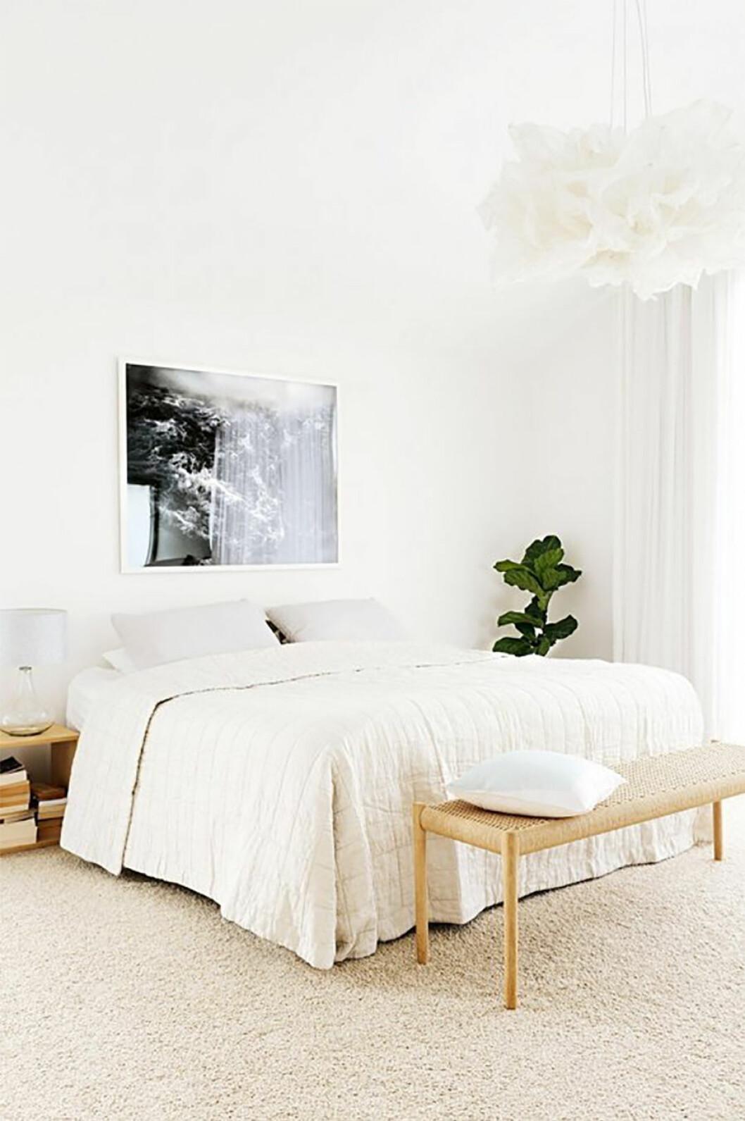 Ljust sovrum med interiör i ljusa toner