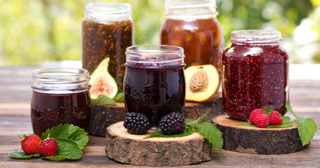 Hemgjord sylt med olika frukter och bär.