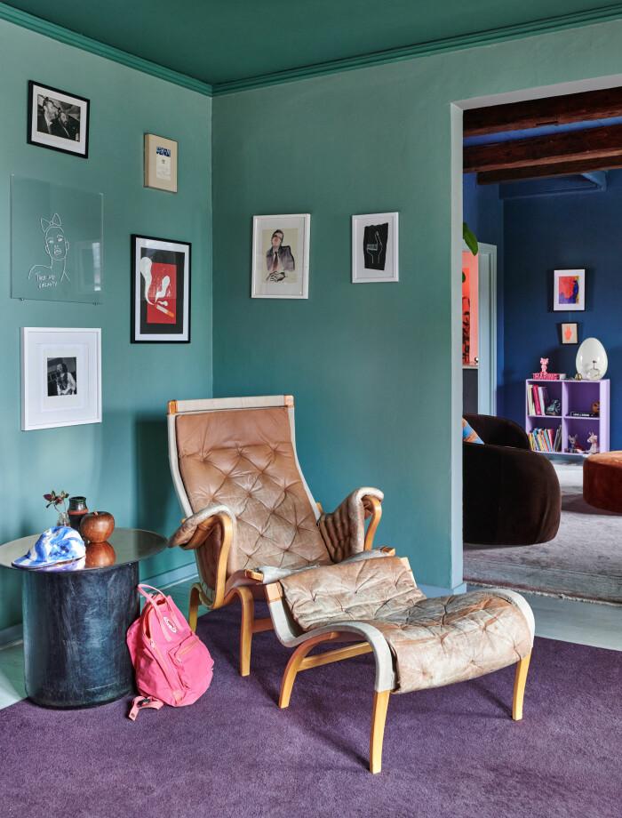 Hemma hos Camilla och Karl i Råå Elle Decoration fåtölj grön vägg