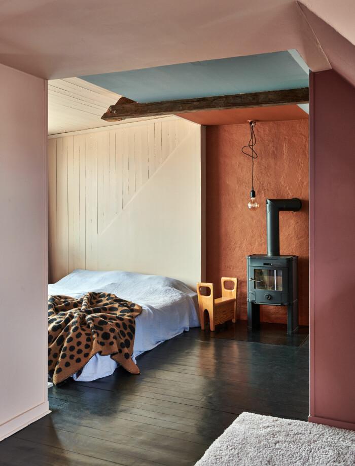 Hemma hos Camilla och Karl i Råå Elle Decoration sovrum kamin