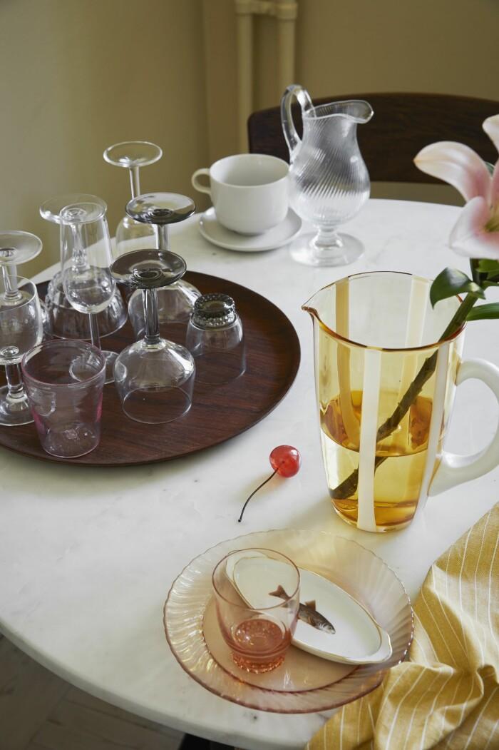 Hemma hos Dennis Valencia köksbord samling av glas