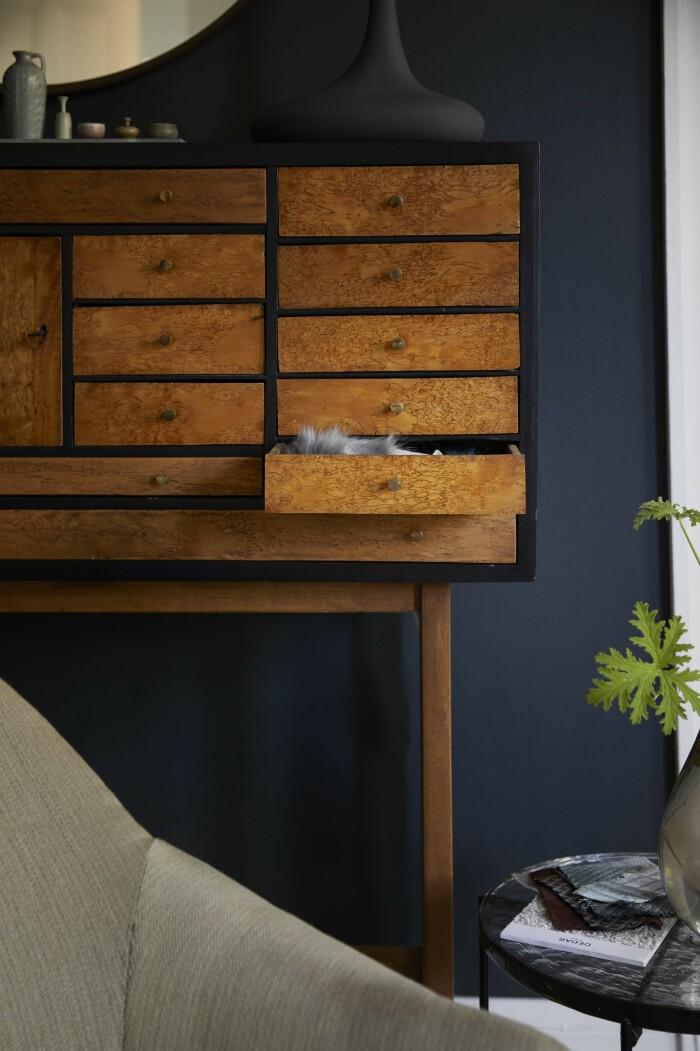 Hemma hos Dennis Valencia lila vägg skåp vardagsrum