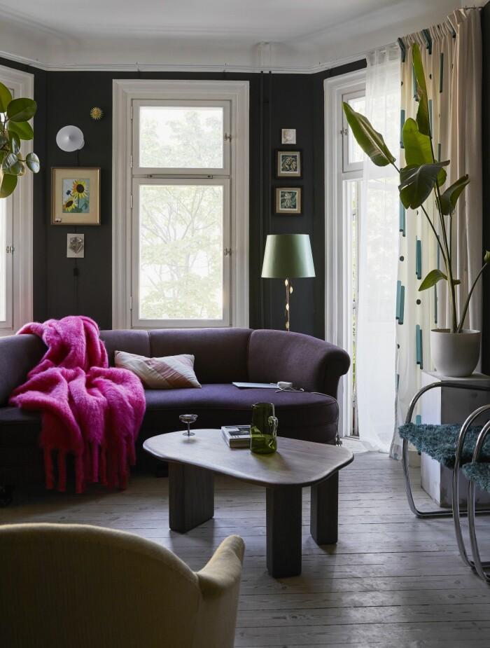Hemma hos Dennis Valencia lila soffa vardagsrum