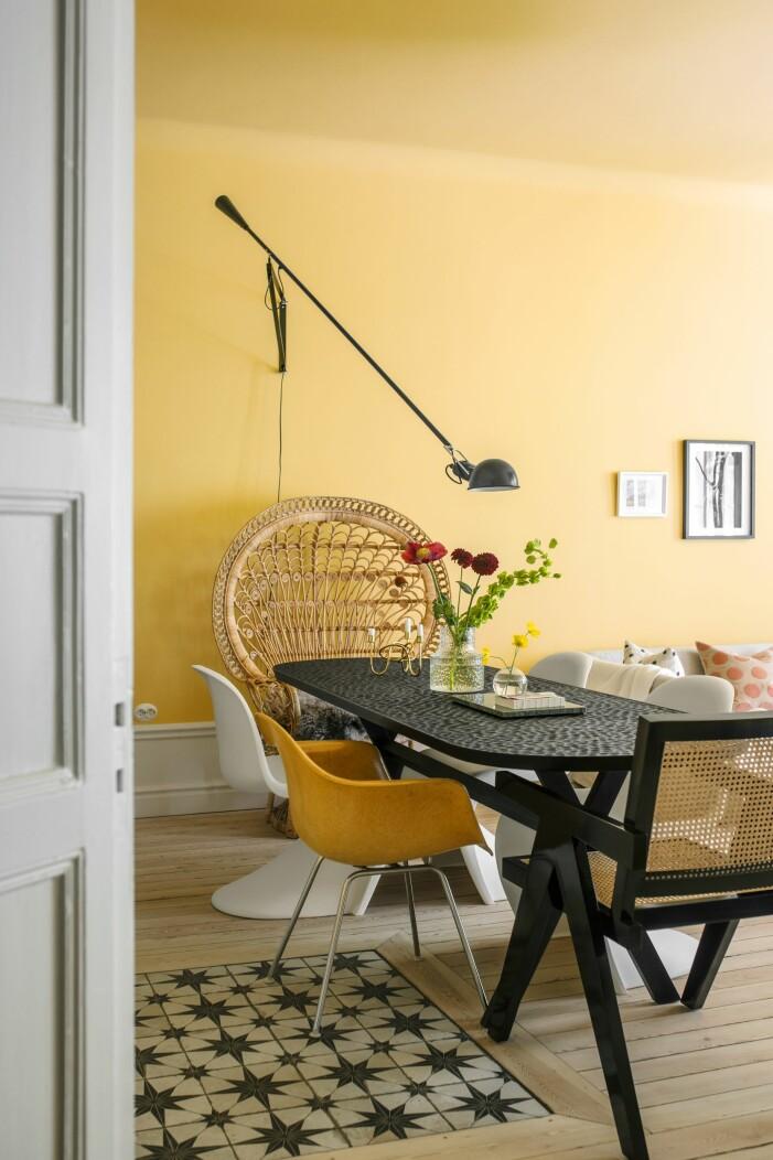 Hemma hos Helena Sand Östermalm matbord gula väggar