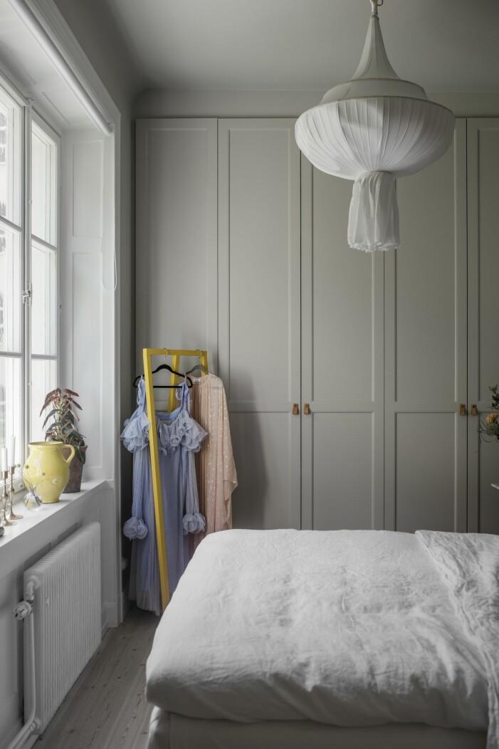 Hemma hos Helena Sand Östermalm sovrum klänning Stine Goya