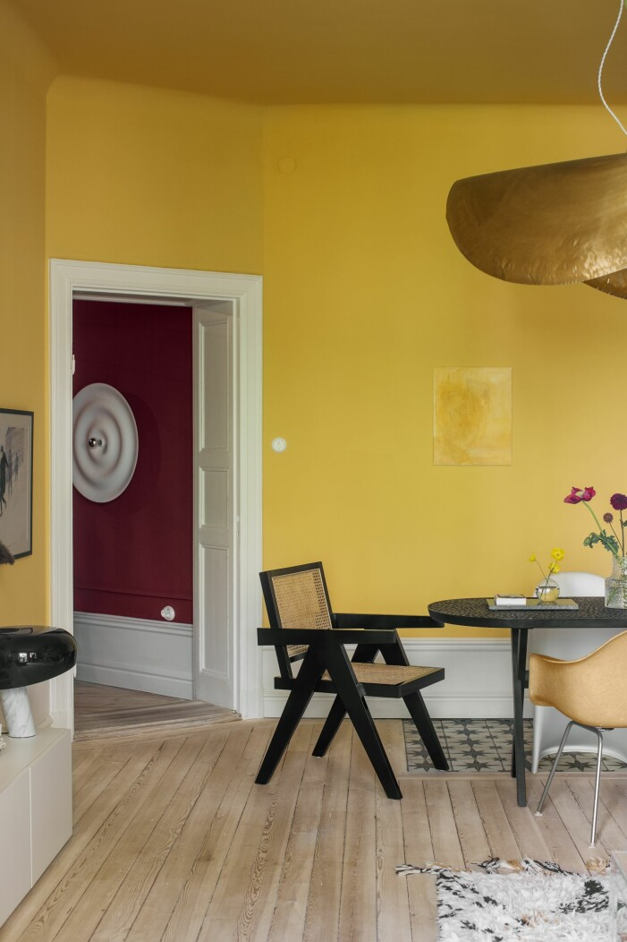 Hemma hos Helena Sand på Östermalm gula väggar matbord