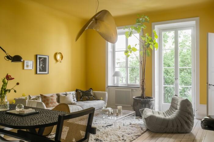 Hemma hos Helena Sand vardagsrum gult fikon togofåtölj