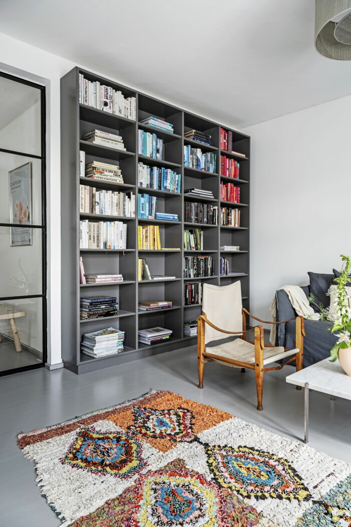 Hemma hos Mai Knauer pasteller och dansk design bokhylla