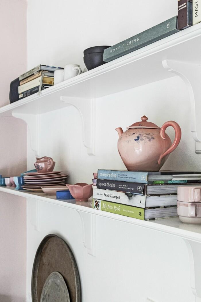 Hemma hos Mai Knauer pasteller och dansk design hylla i köket