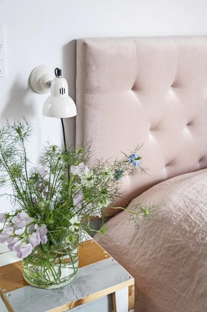 Hemma hos Mai Knauer pasteller och dansk design sovrum säng