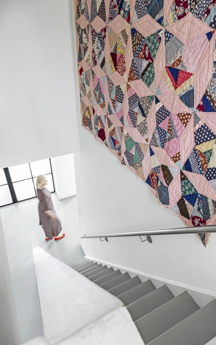 Hemma hos Mai Knauer pasteller och dansk design trappa lapptäcke