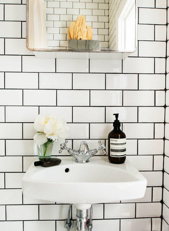 Badrum med vitt och svart kakel