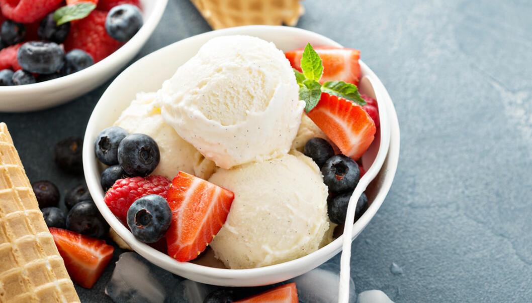 Gör egen glass på vispad grädde och karamelliserad mjölk.