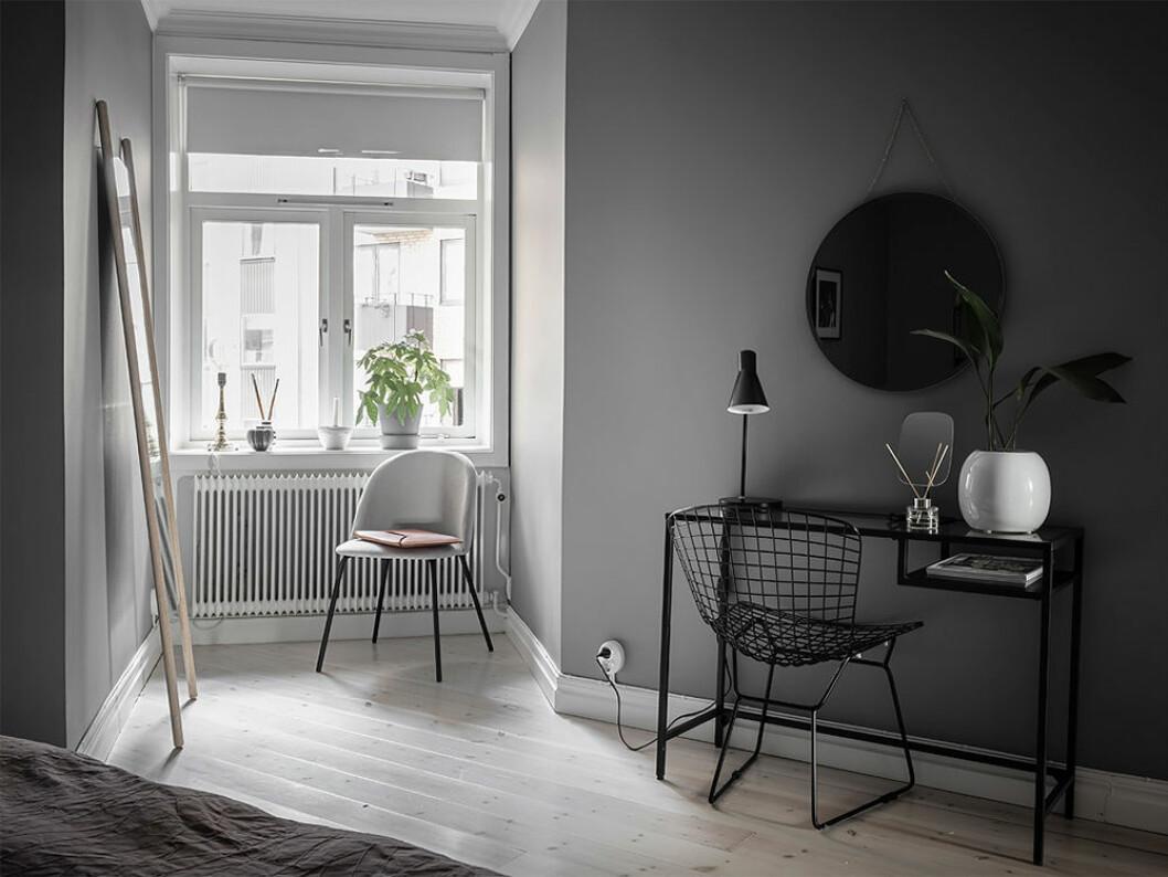 sidobord som skrivbord i skandinaviskt hem