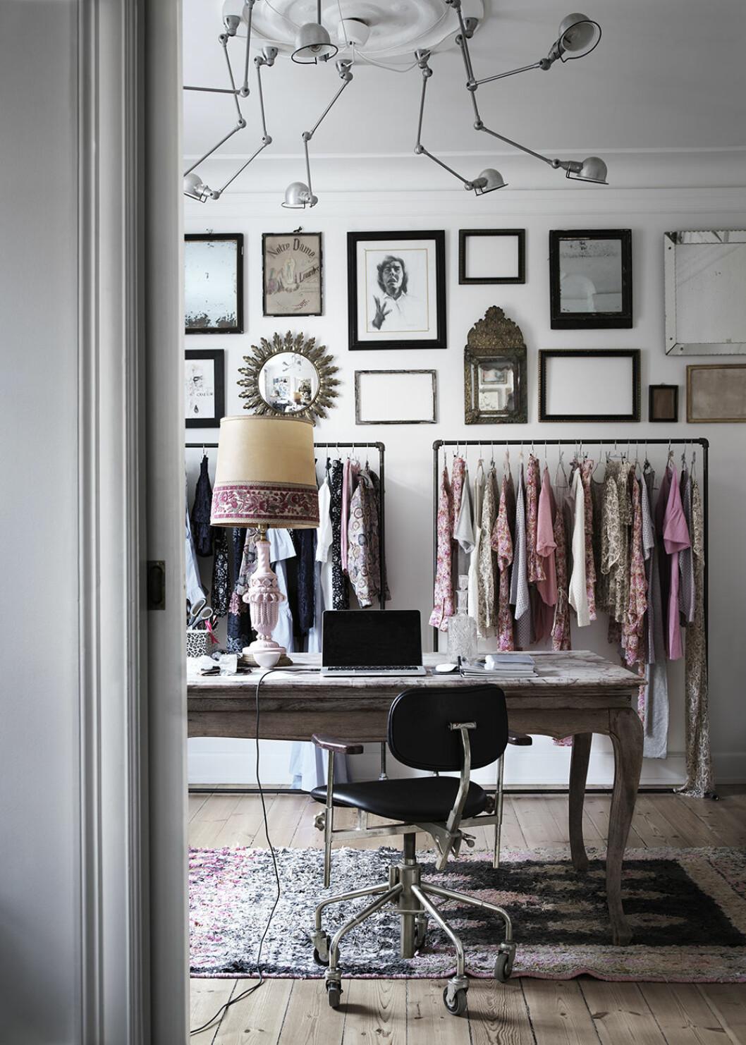 Arbetsrum och klädrum i ett