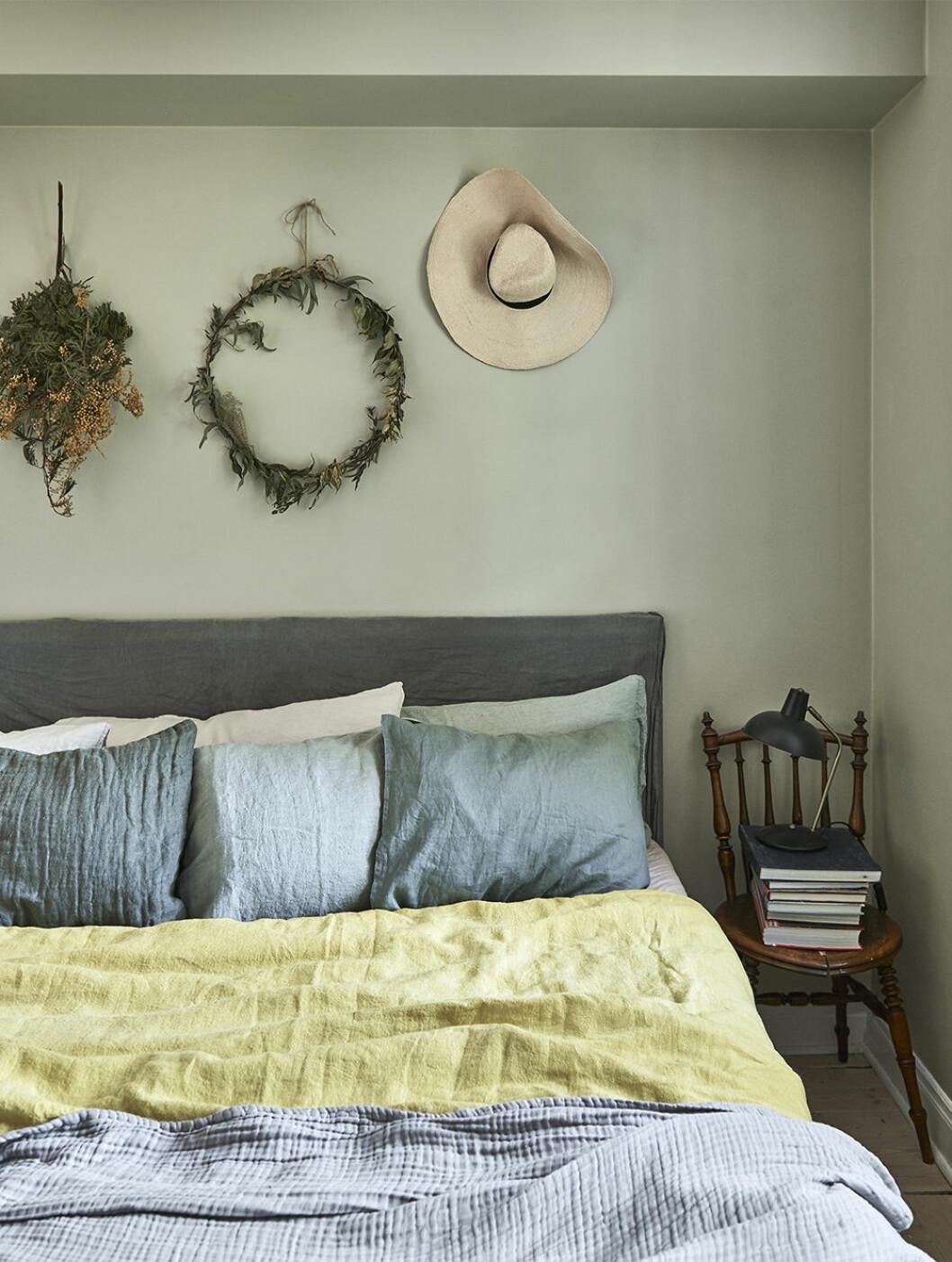 Somrigt sovrum i grönt med kransar