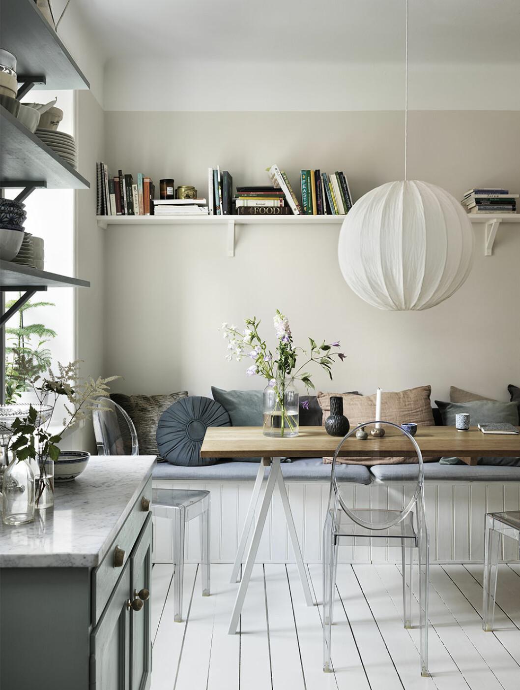 Kök med platsbyggd sittbänk