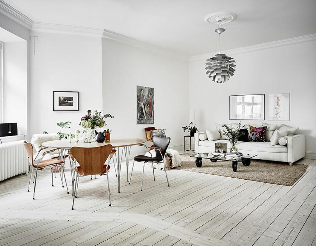 Kombinerat vardagsrum och matsal i skandinavisk stil