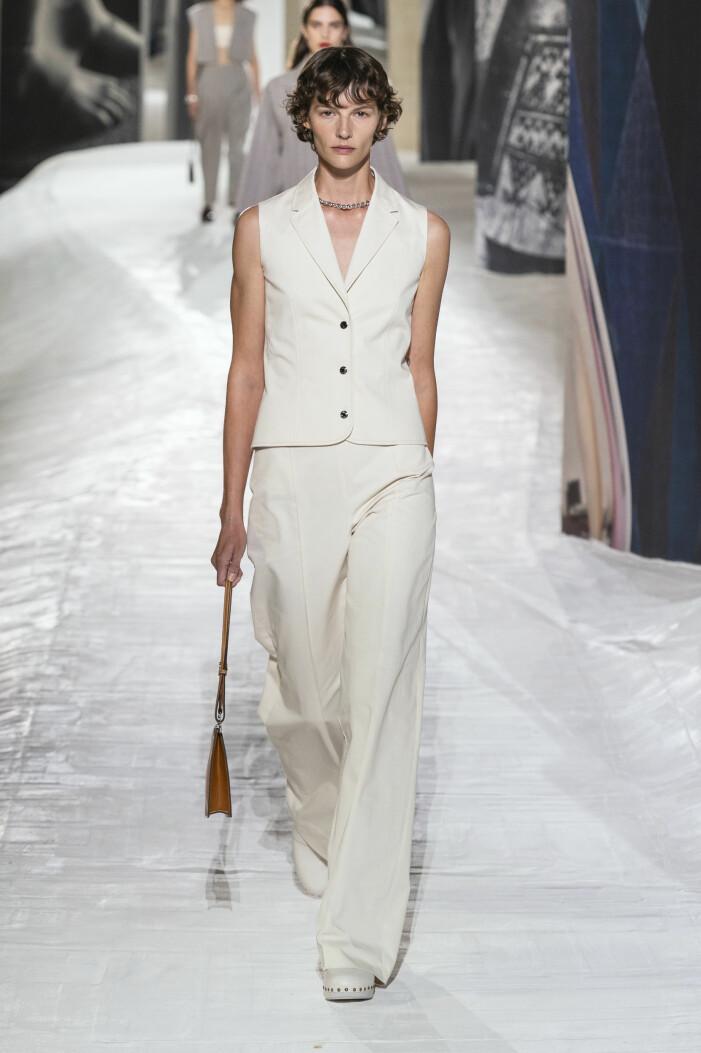 Vit väst och kostymbyxor Hermès vårens trender 2021